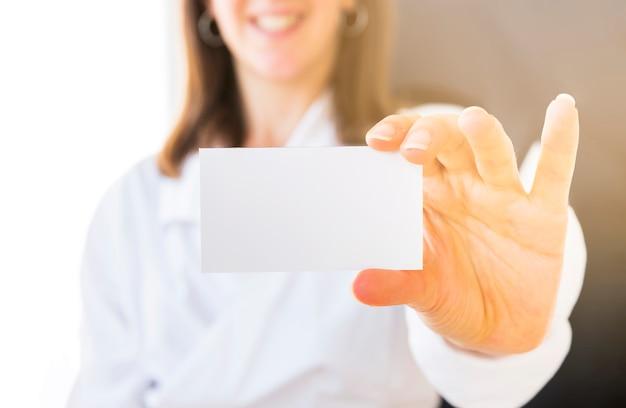 Ręka pokazuje pustą wizytówkę
