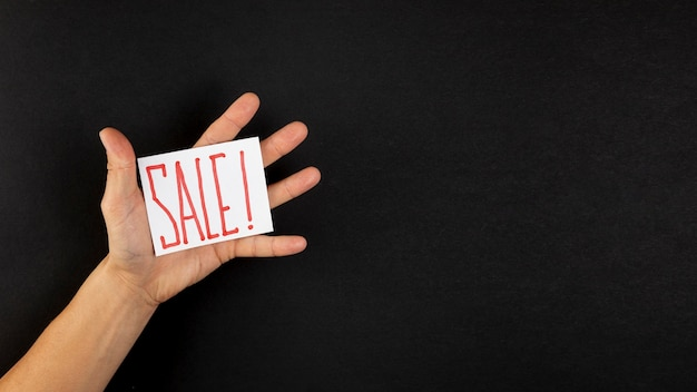 Ręka pokazuje sprzedaży reklamy kopii przestrzeń