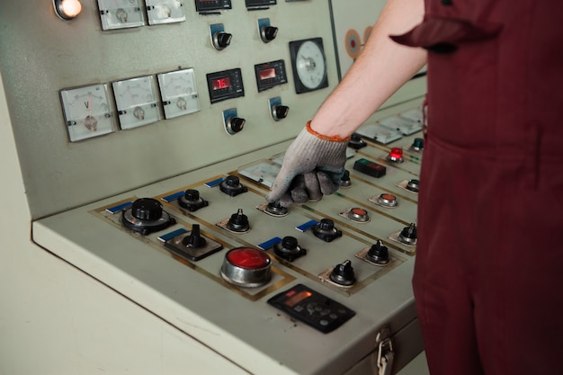 Ręka pracownika w brudnej rękawicy podczas produkcji.