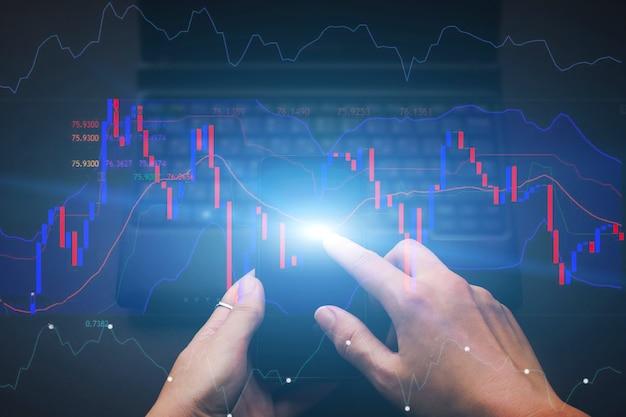 Ręka pracuje na giełdzie z telefonem komórkowym. wykres finansowy, schemat sieci społecznościowej. koncepcja rozwoju biznesu, planowania i strategii.