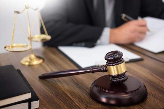 Ręka prawnika pisze dokument w sądzie
