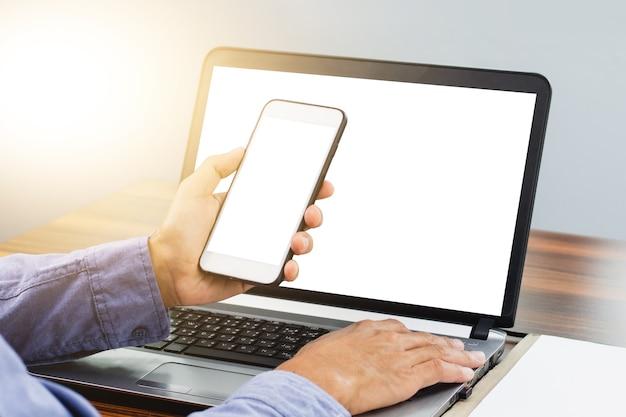 Ręka przy użyciu mobilnej technologii internetowej smartfona działa w biurze
