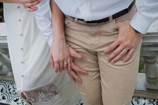 Ręka razem miłość para, romantyczna i szczęśliwa koncepcja, para ślub, pan młody i ręka panny młodej