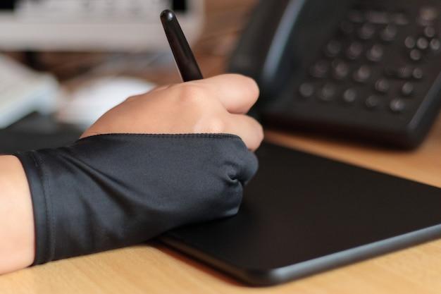 Ręka rysownika z tabletem graficznym z komputerem