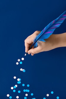 Ręka rysunek szlak papierowych płatków śniegu z pióro niebieskie pióro