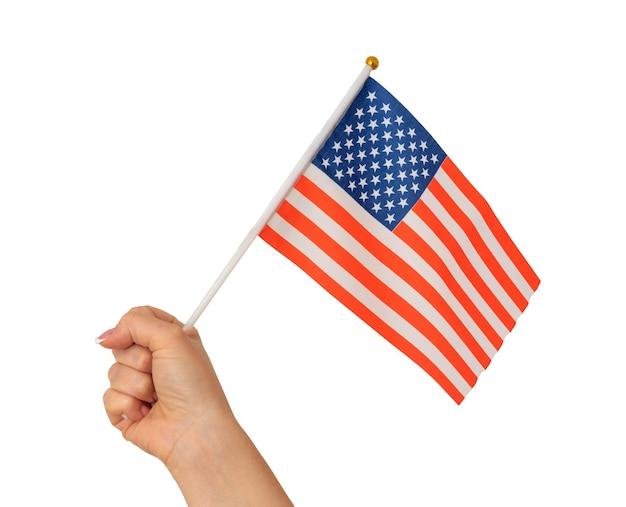 Ręka trzyma amerykańską flagę na białym tle