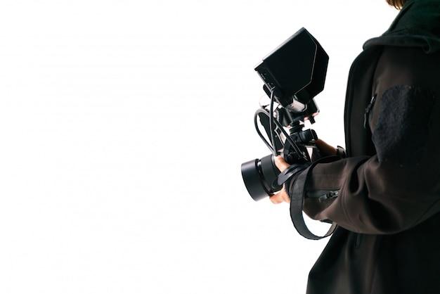 Ręka trzyma aparat z zewnętrznym monitorem