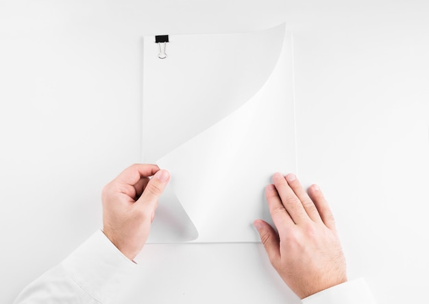 Ręka trzyma biały arkusz papieru puste