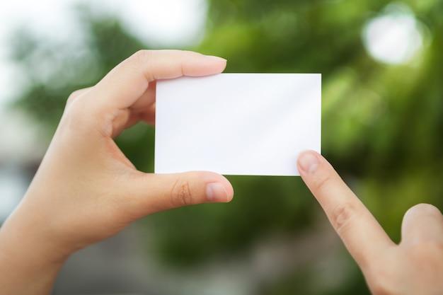 Ręka trzyma biały papier tle nieostre