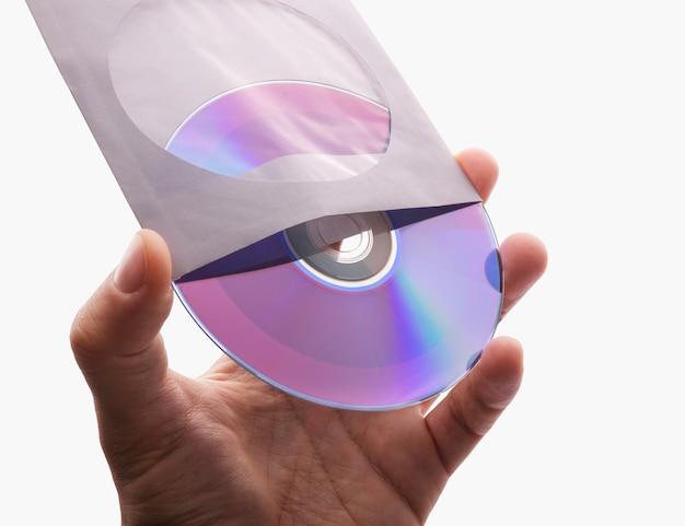 Ręka trzyma biały pusty dysk cd dvd