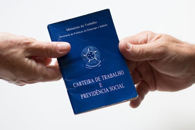 Ręka trzyma brazylijski portfel pracy.