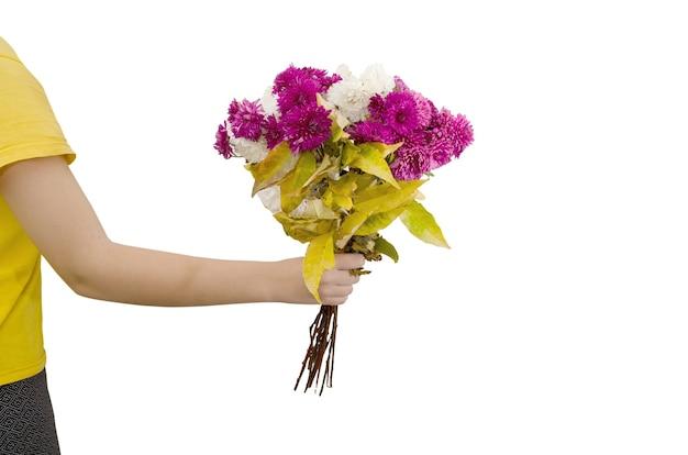 Ręka trzyma bukiet kwiatów na białym tle