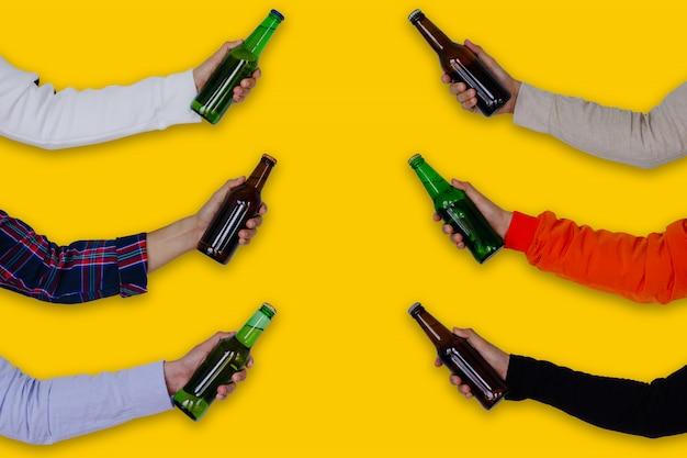 Ręka trzyma butelki piwa