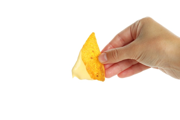 Ręka trzyma chip z sosem serowym, izolowana na białym tle