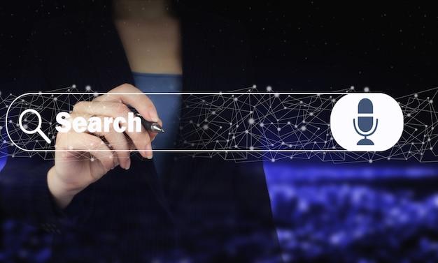 Ręka trzyma cyfrowy pióro graficzne i rysunek cyfrowy hologram wyszukiwania danych znak na ciemnym tle niewyraźne miasta. wyszukiwanie danych internetowych. koncepcja przeglądania sieci web.