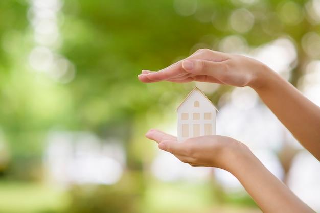 Ręka trzyma dom z zabawkami