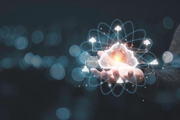 Ręka trzyma element wirtualnej chmury. system technologii chmurowej to zarządzanie współdzieleniem komputerów w celu przesyłania, pobierania, przesyłania elektronicznych informacji i aplikacji.