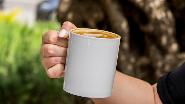 Ręka trzyma filiżankę kawy