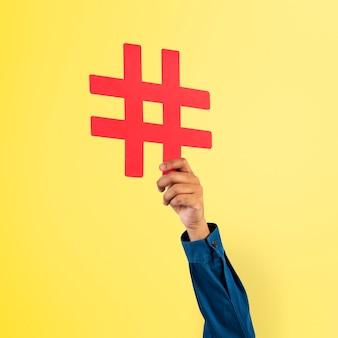 Ręka trzyma hashtag trend marketingowy koncepcja