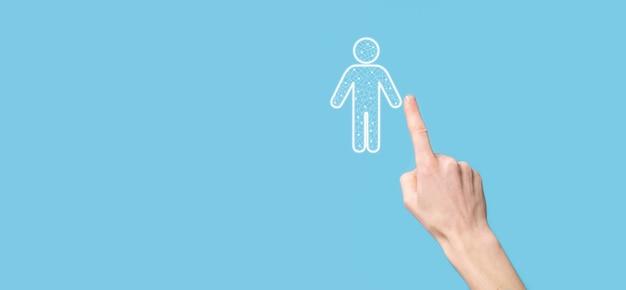 Ręka trzyma ikonę osoby człowieka na ciemnym tle. hr ludzki, ludzie icontechnology process system business z rekrutacją, zatrudnianiem, budowaniem zespołu. koncepcja struktury organizacyjnej
