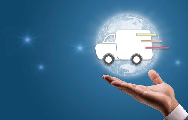 Ręka trzyma ikonę usługi szybkiej dostawy ciężarówki wysyłka na cały świat koncepcja usługi dostawy online