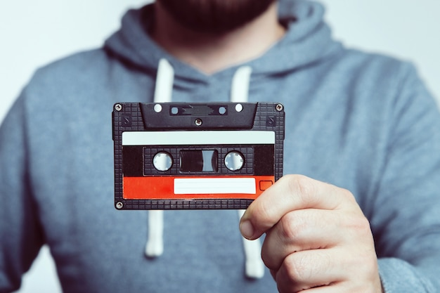 Ręka trzyma kasety magnetofonowej. używana kaseta magnetofonowa. kaseta magnetofonowa.