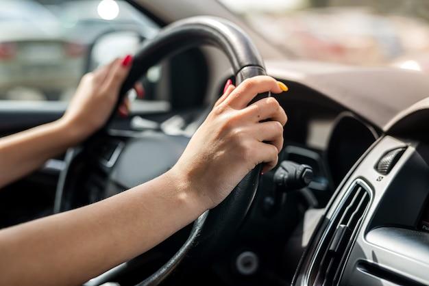 Ręka trzyma kierownicę. zbliżenie. koncepcja podróży