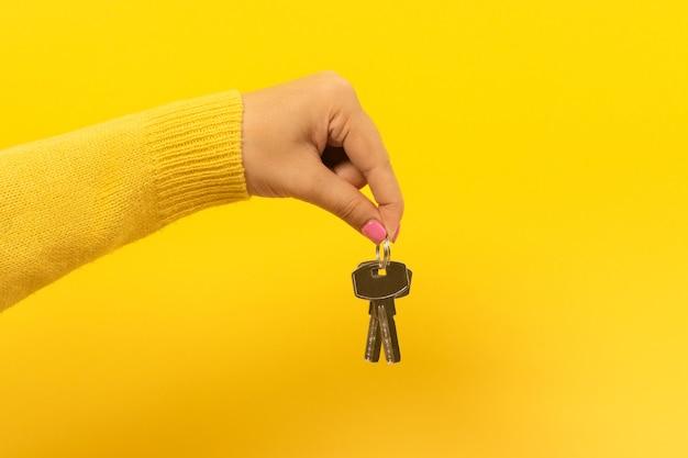 Ręka trzyma klucze do domu