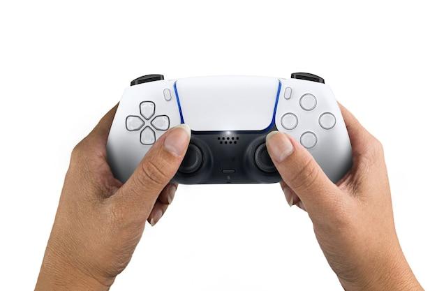 Ręka trzyma kontroler gier nowej generacji biały na białym tle.