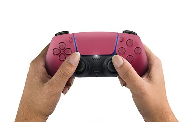 Ręka trzyma kontroler gier nowej generacji czerwony na białym tle.