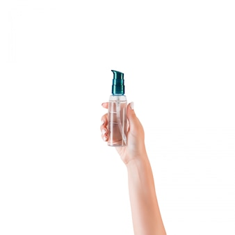 Ręka trzyma kremową butelkę balsamu