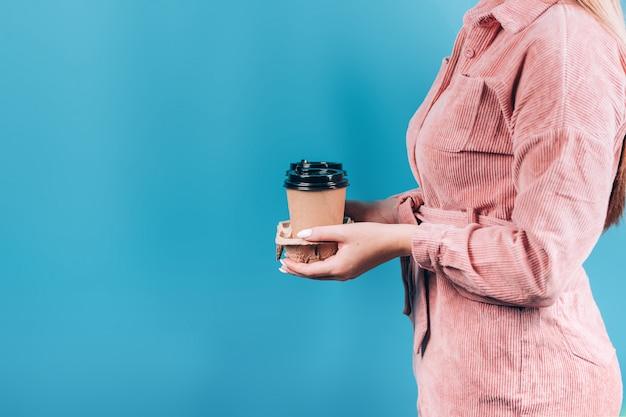 Ręka trzyma kubek papierowy kawy