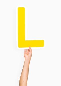 Ręka trzyma literę l