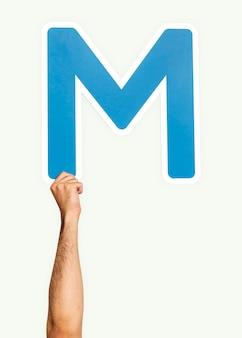 Ręka trzyma literę m