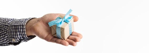Ręka trzyma mały prezent