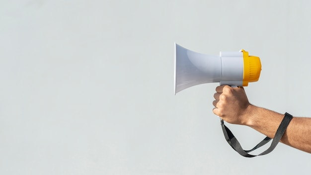 Ręka trzyma megafon na protest