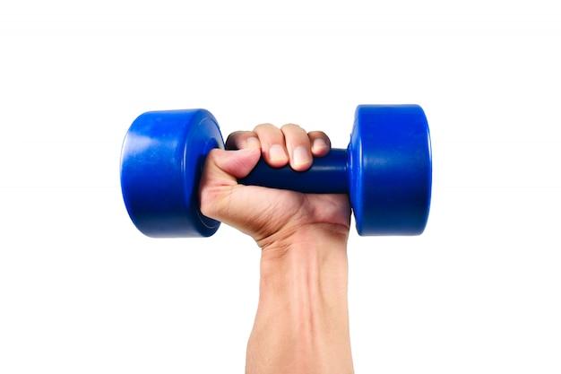 Ręka trzyma niebieski hantle do ćwiczeń