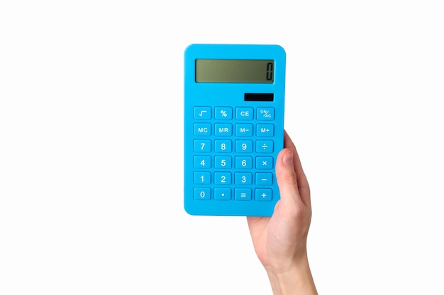 Ręka trzyma niebieski kalkulator na białym tle.