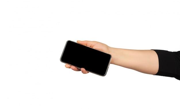 Ręka trzyma nowoczesny smartfon z pustym czarnym ekranem