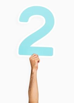 Ręka trzyma numer 2