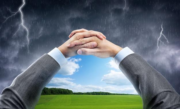 Ręka trzyma okno z błękitnym niebem