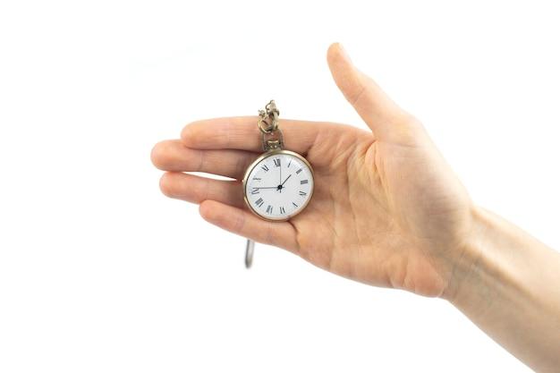 Ręka trzyma otwarty stary zegar kieszonkowy vintage.