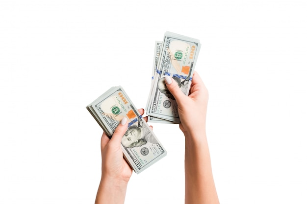 Ręka trzyma pakiet banknotów dolarowych