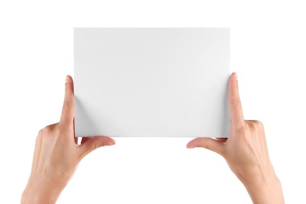 Ręka trzyma papier puste na białym tle