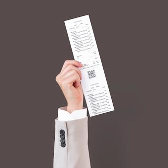 Ręka trzyma paragon na kampanię zakupową