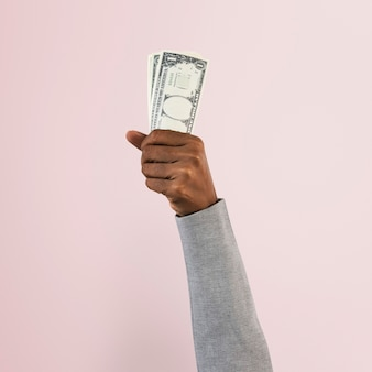 Ręka trzyma pieniądze w koncepcji finansów