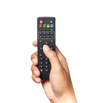 Ręka trzyma pilota telewizyjnego i naciskając przyciski na białym tle