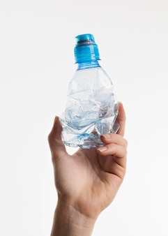 Ręka trzyma plastikową butelkę