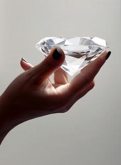 Ręka trzyma ponadgabarytowych diamentów