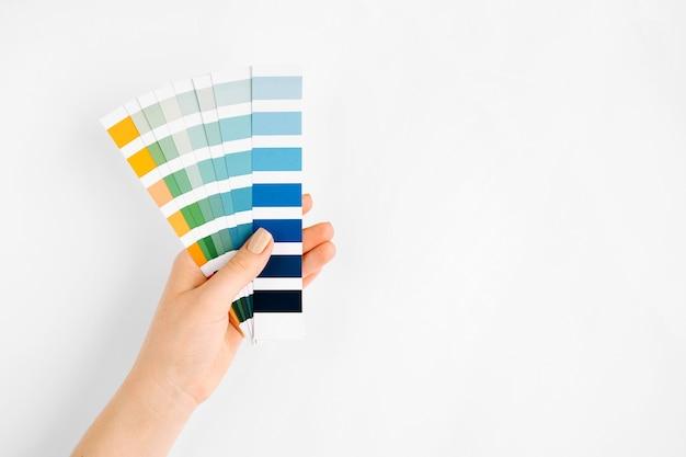 Ręka trzyma próbki kolorów. kolor roku 2020. klasyczny niebieski.